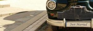 plaque d'immatriculation fixer sur la voiture des mariés